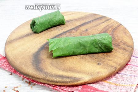 Сворачиваем трубочки, вдавливаем внутрь боковые части листьев, полностью пряча начинку.