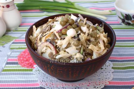 Салат с морской капустой, горошком и яйцом