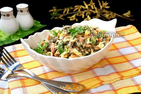 Салат с морской капустой, колбасой и сыром