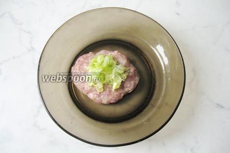 Из порции фарша сделать лепёшку, на середину которой выложить начинку из капусты. Сформировать зразы продолговатой формы.