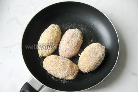 Обжаривать зразы на сковороде с подсолнечным маслом со всех сторон.