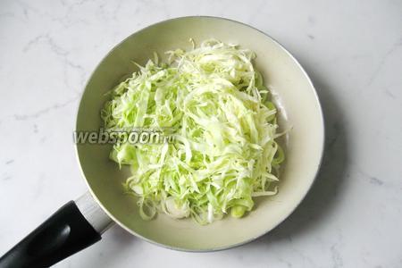Белокочанную капусту нарезать тонкой соломкой. Добавить к луку-порею.