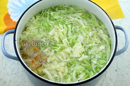 Добавьте нарезанную соломкой капусту белокочанную и перец сладкий, у меня был замороженный. Доведите до кипения и варите, пока овощи не станут мягче.