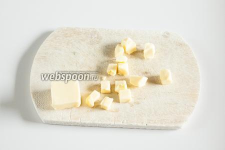 Где-то 1/3 масла режем на кубики и укладываем в морозилку.