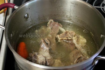 Варить на медленном огне до мягкости мяса.
