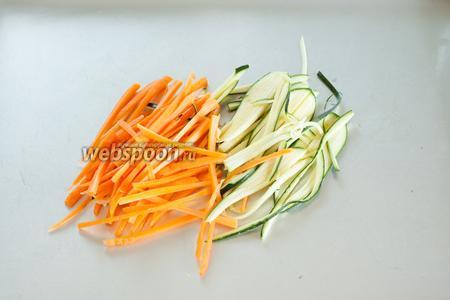 Режем цукини и морковь длинными, очень узкими полосами (во всю длину).