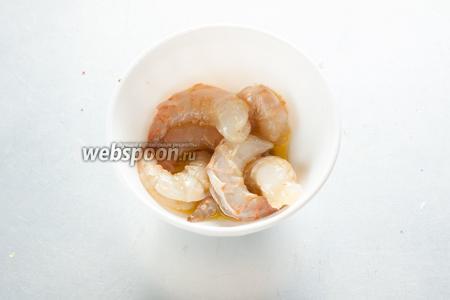 Ещё креветочек нужно слегка смазать растительным маслом, посолить и поперчить — всё очень умеренно, обычно эти морепродукты обладают уже собственным достаточно приятным вкусом.