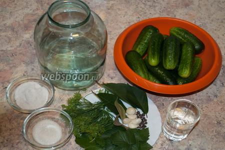 Подготовим все ингредиенты для рецепта: вода, лаврушка, листья вишни, листья смородины, огурцы, перец, сахар, соль, укроп, хрен, чеснок. Трёхлитровую банку вымыть, сполоснуть кипятком.
