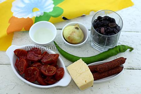 Возьмите такие продукты: фасоль чёрную, помидоры в собственном соку, лук репчатый, колбаски копчёные, сыр твёрдый, перец острый, соль, перец чёрный молотый.