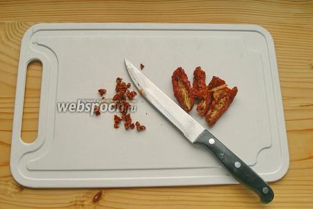 Сушёные помидоры мелко режем.