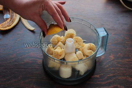 Бананы, ломаем, сбрызгиваем лимонным соком.