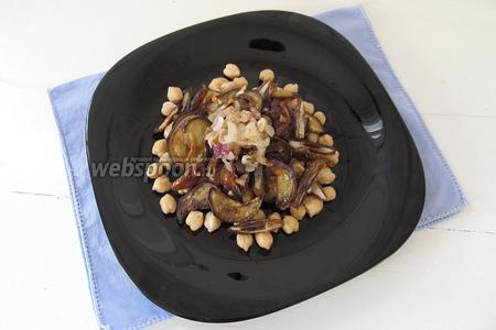 Выложим ингредиенты на тарелку. Выкладывать можно не перемешивая, горкой, так, как показано на фотографии.
