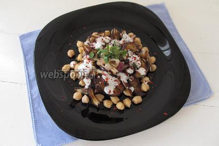 Поливаем салат заправкой из йогурта и посыпаем хлопьями красного перца. Можно украсить салат щепоткой нарубленной петрушки.