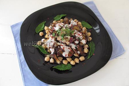 Украсим салат листочками свежей мяты, выложив их по кругу. Наше блюдо готово.