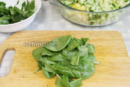 Промыть и осушить листья шпината.