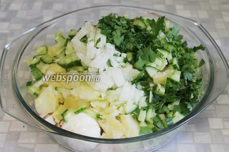 Окрошка готова. Если подаёте для большой семьи на обед, то разводить рассолом можно сразу в большой ёмкости. Если же окрошку подают частями, то лучше её перемешать прямо перед подачей, разложить в тарелки, добавить заливку из рассола, заправку из зелени с горчицей и сметану. Солить по вкусу. Такая окрошка не только отлично охлаждает в жаркий летний день, но и хорошо насыщает.