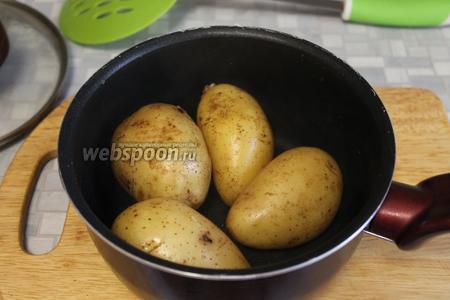 Картофель тоже обдать холодной водой — так легче очистится кожица.