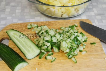 Мелко порезать огурец — лучше подходит длинный тепличный гладкий сорт.