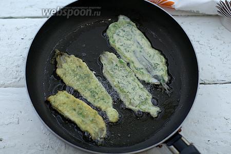 Раскалите масло в сковороде. Обжарьте мойву с двух сторон до золотистого цвета, на небольшом огне.