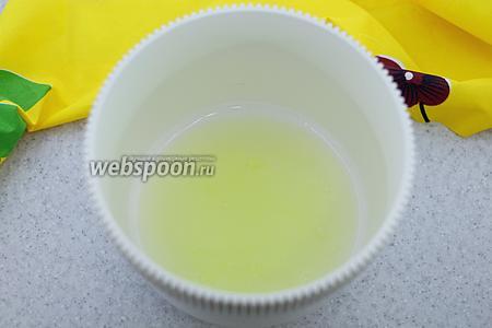 Охлаждённые белки взбейте в крутую пену со щепоткой соли.