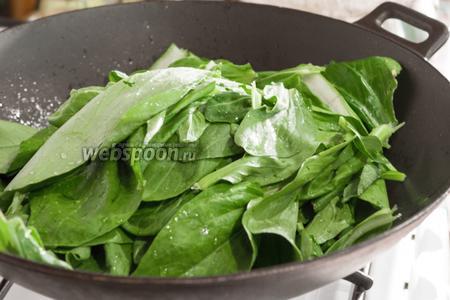 В то же самое масло, но уже с мясным соком, бросаем листья пак-чоя и доводим их до мягкости, подсолив, и постоянно перемешивая.