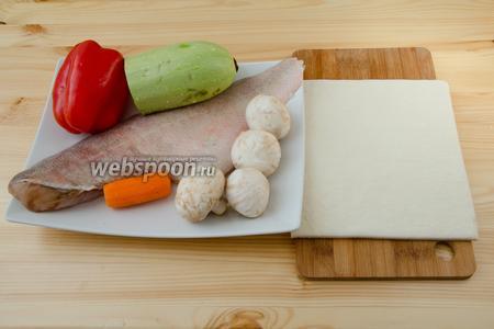 Для пирога, помимо соуса, нам понадобится морской окунь, слоёное бездрожжевое тесто, морковь, сладкий перец, кабачок, шампиньоны, сок лимона и немного соли.