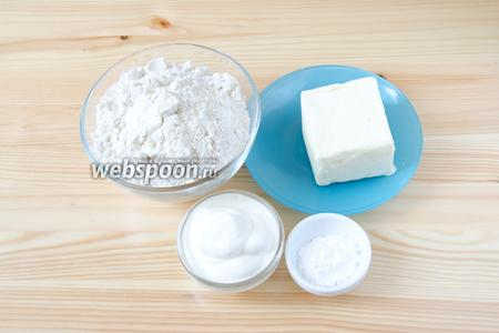 Для приготовления теста нам понадобится мука, разрыхлитель, сливочное масло, сметана и немного соли.