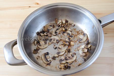 Грудинку с луком перекладываем в тарелку, а в сковороду высыпаем шампиньоны и томим до мягкости.