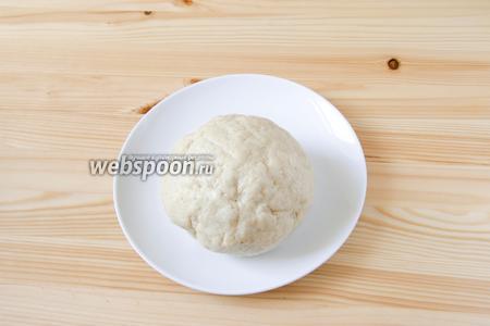 Добавляем в мучную смесь сметану и замешиваем тесто. Накрываем его плёнкой и убираем в холодильник на 30 минут.