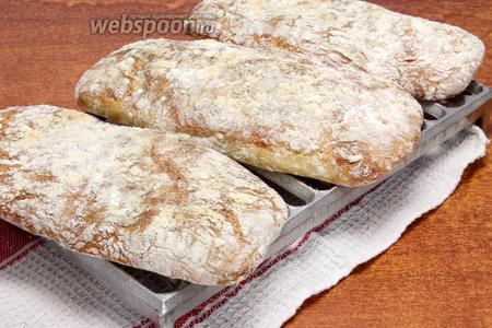 Перед подачей чиабатту с сыром и тимьяном остужаем.
