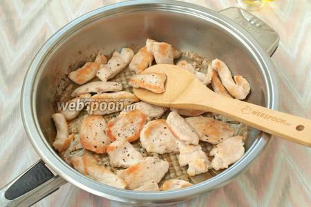 Разогреть в сковороде подсолнечное масло и на сильном огне обжарить курицу до румяной корочки. Не забыть посолить и поперчить.