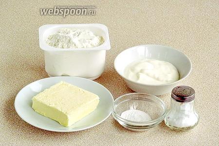 Для приготовления теста нужно взять пшеничную муку, сливочное масло, сметану, разрыхлитель для теста и соль.