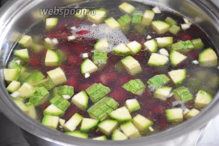 Добавить цукини, фасоль ,чеснок, орегано, соль, влить 600 мл воды, довести до кипения и варить на слабом огне, около 10 минут, до готовности сельдерея.
