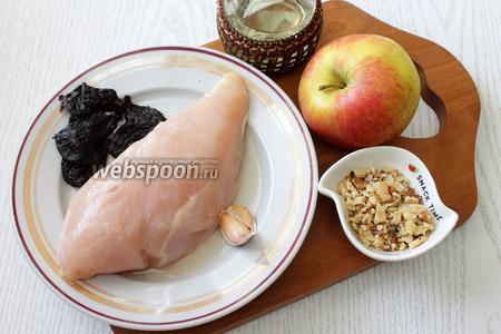 Для приготовления нам понадобится куриное филе, орехи грецкие, чернослив, соль, перец чёрный молотый, масло растительное, масло сливочное, бульон куриный, яблоки и чеснок.