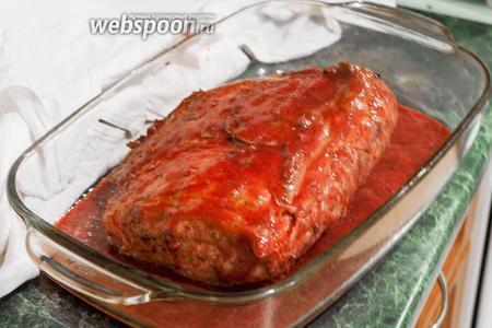 Польём этот аппетитный кусок мяса красносмородиновым пюре.
