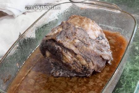 Запекаем 1 час при 200°С. Оставляем наше блюдо в духовке до полного остывания. Подаём карбонат холодным, в тонкой нарезке пластами. Поливаем его подогретым красносмородиновым соусом и посыпаем свежими ягодами белой смородины. На гарнир лучше всего подойдёт отварной рис, но можно приготовить и картофельное пюре, пасту или кус-кус. Также такой карбонат хорош в подаче со свежим хлебом и листьями салата. Он может стать составной частью горячих и холодных сэндвичей, многокомпонентных салатов (мы из такого карбоната приготовим бургундский горячий салат с беконом и карбонатом). Дополните это мясо бокалом хорошего красного вина. Приятных гастрономических впечатлений!
