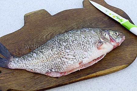 Очистите рыбу от чешуи, обрежьте плавники, очистите от внутренностей. Промойте под проточной водой, обсушите бумажным полотенцем.