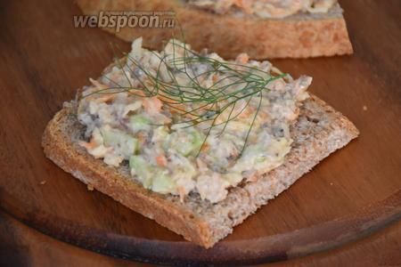 Получившуюся массу выложить на хлеб и подавать сразу же. Приятного аппетита!:))