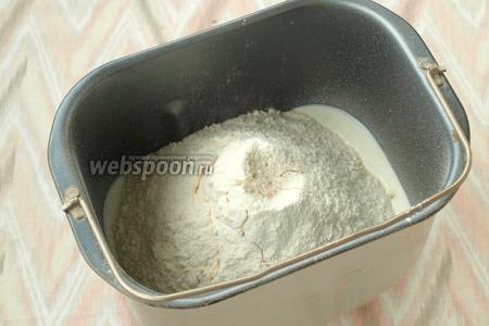 Добавить щепотку соли и просеять муку при помощи сита.