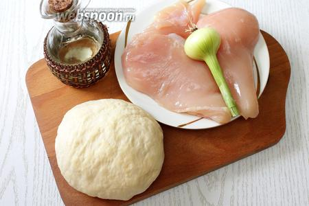 Для приготовления нам понадобятся тесто, куриное филе, лук репчатый, соль, перец, масло растительное, масло сливочное, вода.