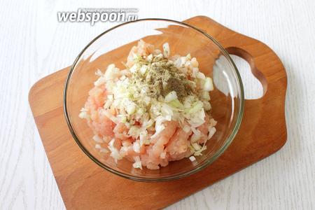 Добавляем мелко порезанный репчатый лук, растопленное сливочное масло, воду, соль и перец по вкусу, перемешиваем.