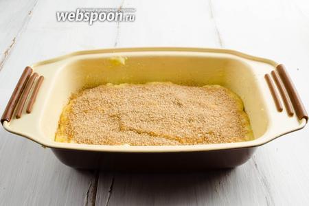 Посыпать поверхность коричным сахаром.