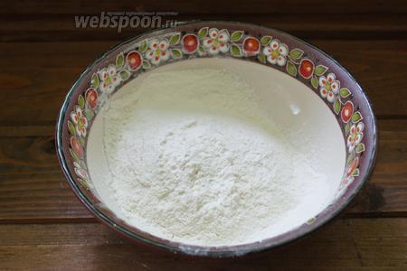 В глубокую миску просеять муку. Добавить соль, перец.