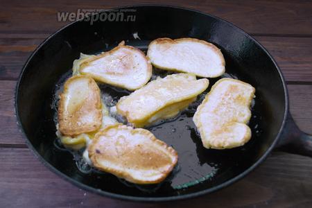 Обжарьте быстро Сулугуни на сковороде, добавив небольшое количество растительного масла. Уровень масла должен быть не больше 1 см на сковороде. Не нужно слишком долго жарить сыр. От длительного воздействия он начинает плавиться и течь. Нужно быстро обжарить тесто с 2 сторон.