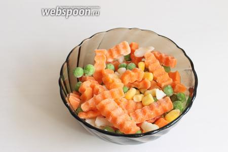 Можно взять морковь сырую, но можно и смесь замороженную.
