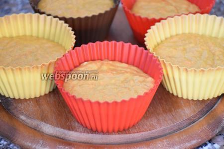 Выложить тесто в формочки для маффинов и выпекать в разогретой до 180°С духовке 35 минут.