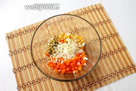 Морковь очищаем, измельчаем, соединяем с горошком, кукурузой, измельчёнными луком и чесноком.