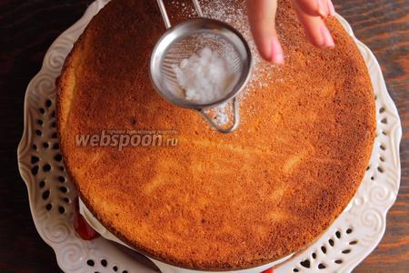 Накрыть вторым бисквитом, слегка прижать, чтоб вылез крем (это ж сандвич:)). Присыпать сахарной пудрой.