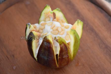 Кедровые орехи обжарить на сухой сковороде и выложить на сыр.