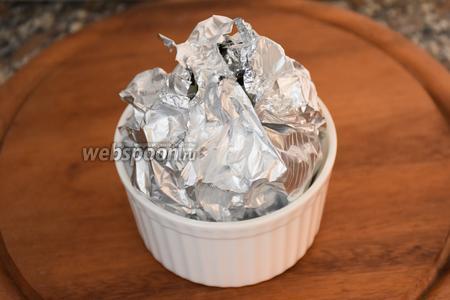 Каждый плод завернуть в пищевую фольгу и запекать в разогретой до 200°С духовке 10 минут.